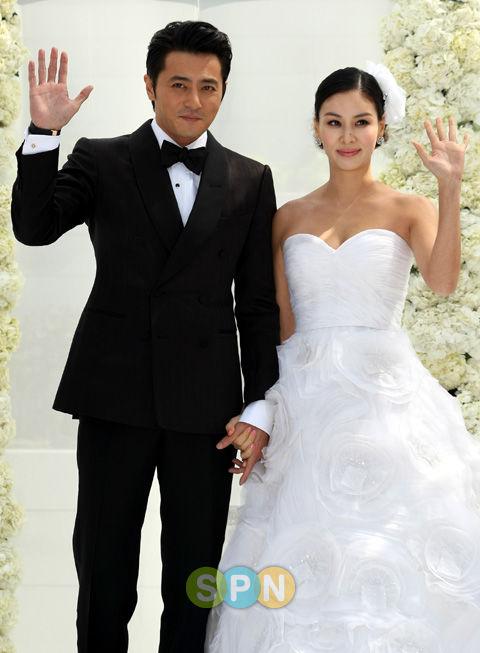 Chăm vợ khéo như Jang Dong Gun, U50 rồi mà sắc vóc vẫn trẻ đẹp kinh ngạc - Hình 1