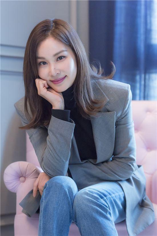 Chăm vợ khéo như Jang Dong Gun, U50 rồi mà sắc vóc vẫn trẻ đẹp kinh ngạc - Hình 9
