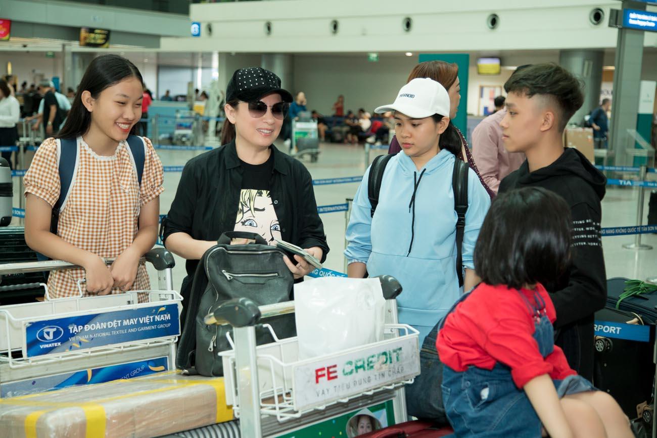 Hồ Văn Cường tháp tùng cùng mẹ Phi Nhung đi lưu diễn ở Mỹ - Hình 1
