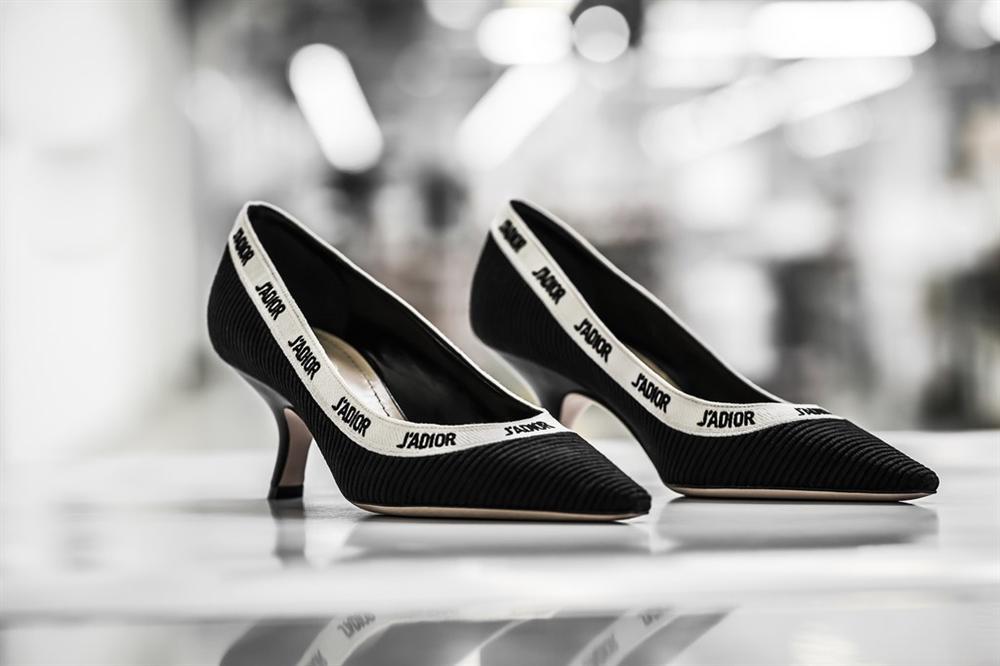 Hóa ra đây là cách mà thợ thủ công làm ra một đôi giày JAdior hơn 1000 USD - Hình 3