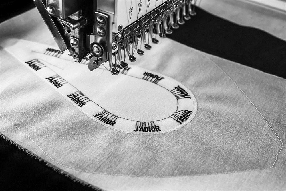 Hóa ra đây là cách mà thợ thủ công làm ra một đôi giày JAdior hơn 1000 USD - Hình 2