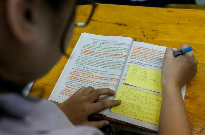 Học sinh Sài Gòn ôn bài đến khuya trước kỳ thi THPT quốc gia - Hình 5