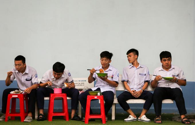 Học sinh Sài Gòn ôn bài đến khuya trước kỳ thi THPT quốc gia - Hình 8