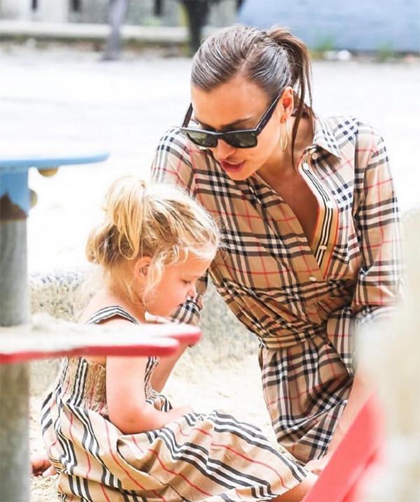 Irina Shayk và con gái mặc đồ đôi đi chơi công viên - Hình 6