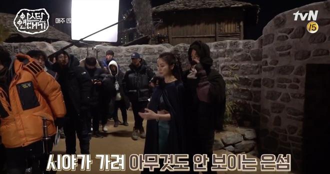 Song Joong Ki liên tục sờ ngực trai đẹp ở hậu trường Niên Sử Kí Arthdal, nguy hiểm quá Song Hye Kyo ơi? - Hình 5
