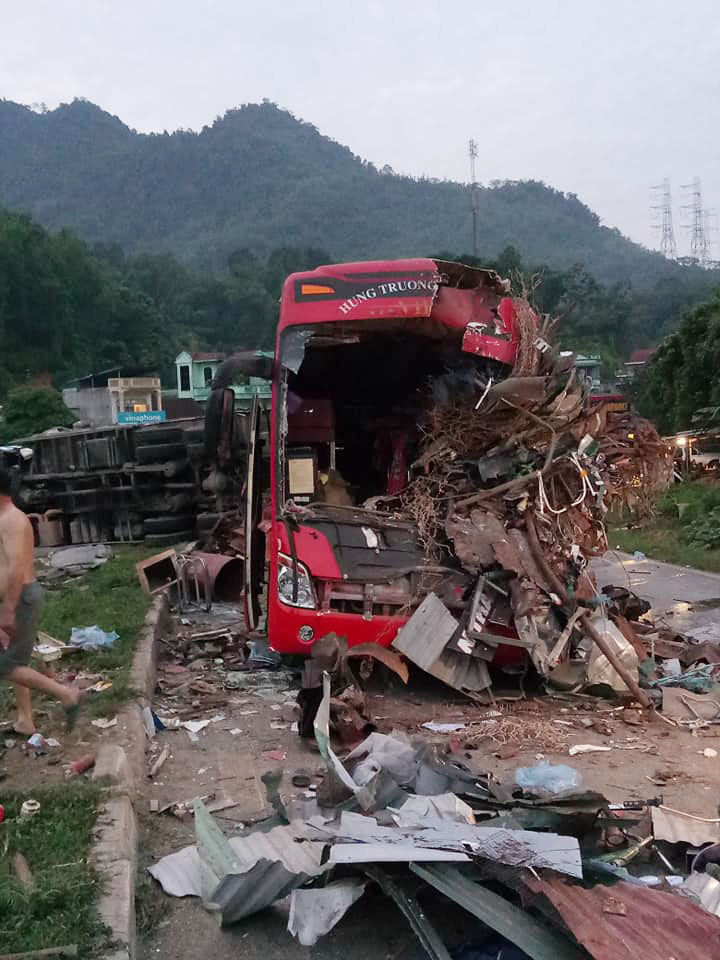 Tai nạn thảm khốc ở Hoà Bình : Xe tải xuống dốc vào cua lấn làn với tốc độ nhanh - Hình 1