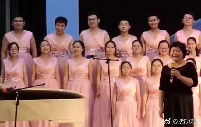 Tổ chức đồng ca nhưng thiếu nữ, nam sinh trong lớp giả gái đứng vào nhưng ai ngờ chiếm spotlight hơn cả gái thật - Hình 2