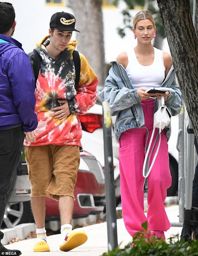 Vợ Justin Bieber mặc quần hồng, buông áo hờ hững ra phố cùng ông xã - Hình 1