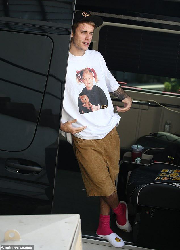 Vợ Justin Bieber mặc quần hồng, buông áo hờ hững ra phố cùng ông xã - Hình 6