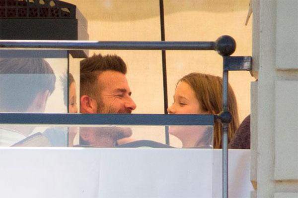 Becks tái hiện nụ hôn sởn gai ốc với con gái - Hình 1