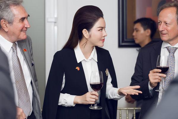 Chẳng cần váy vóc, mỹ nhân Việt chuộng menswear đầy cá tính: ai là người đẳng cấp nhất? - Hình 4