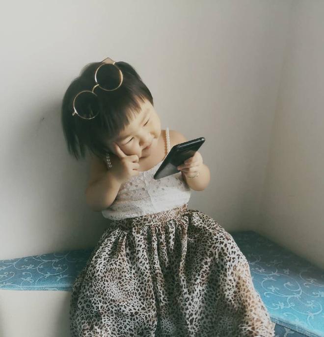 Gương mặt mếu máo, phụng phịu của bé gái khi được mẹ cắt tóc khiến dân mạng tan chảy vì quá đáng yêu - Hình 15