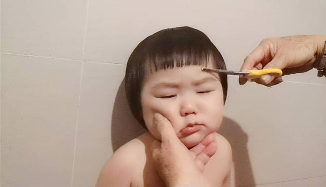 Gương mặt mếu máo, phụng phịu của bé gái khi được mẹ cắt tóc khiến dân mạng tan chảy vì quá đáng yêu - Hình 8