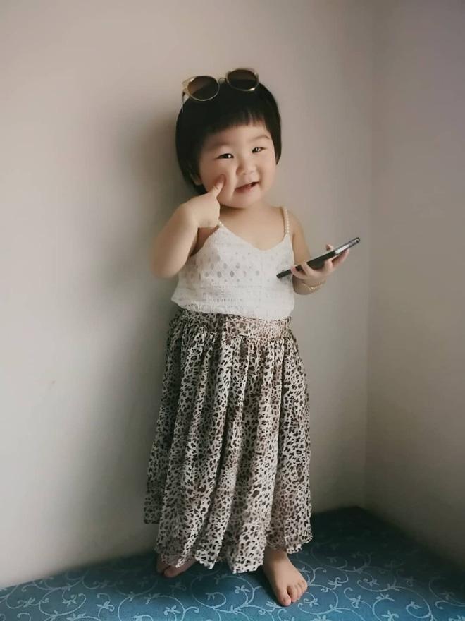 Gương mặt mếu máo, phụng phịu của bé gái khi được mẹ cắt tóc khiến dân mạng tan chảy vì quá đáng yêu - Hình 14