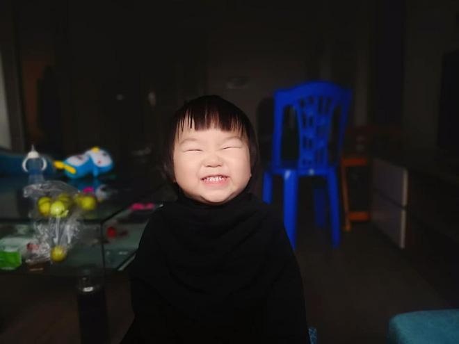 Gương mặt mếu máo, phụng phịu của bé gái khi được mẹ cắt tóc khiến dân mạng tan chảy vì quá đáng yêu - Hình 5