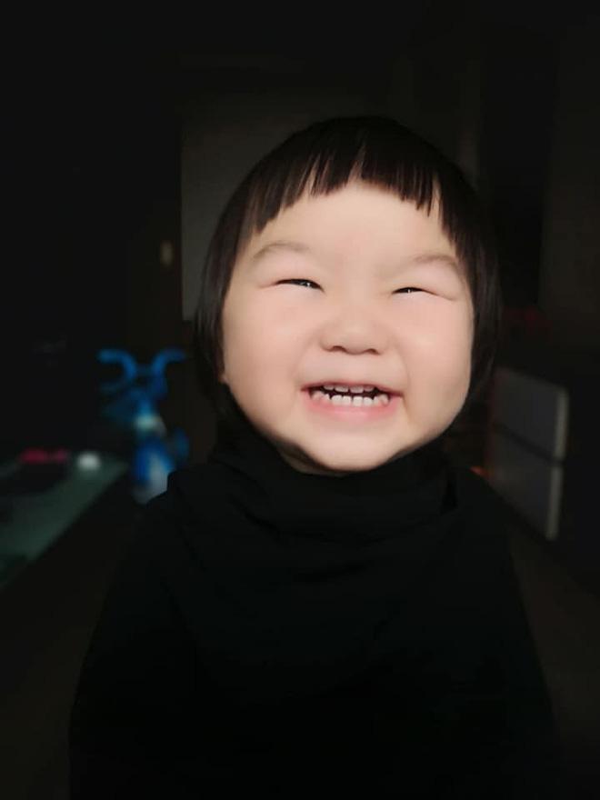 Gương mặt mếu máo, phụng phịu của bé gái khi được mẹ cắt tóc khiến dân mạng tan chảy vì quá đáng yêu - Hình 2