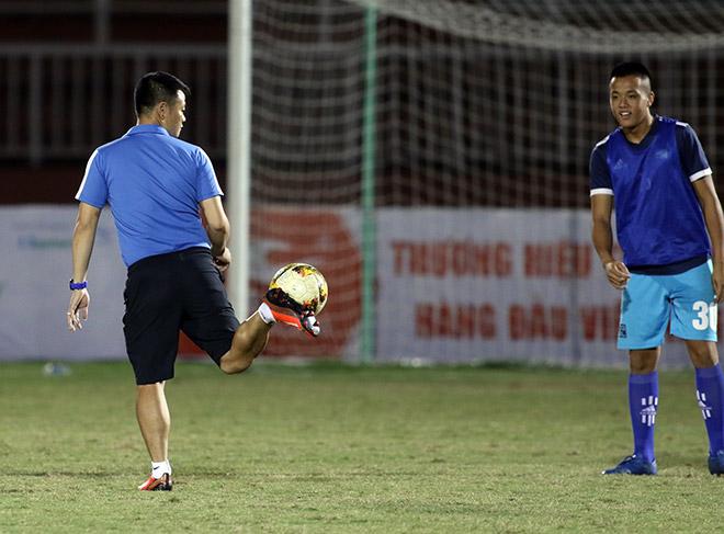 HLV Phạm Văn Quyến làm xiếc với trái bóng, chỉ đạo học trò ở giải U15 - Hình 7