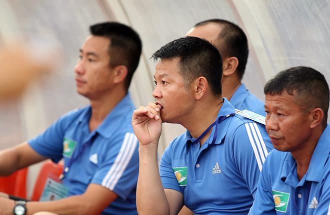 HLV Phạm Văn Quyến làm xiếc với trái bóng, chỉ đạo học trò ở giải U15 - Hình 3