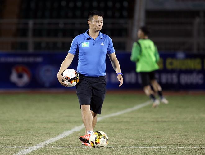 HLV Phạm Văn Quyến làm xiếc với trái bóng, chỉ đạo học trò ở giải U15 - Hình 8
