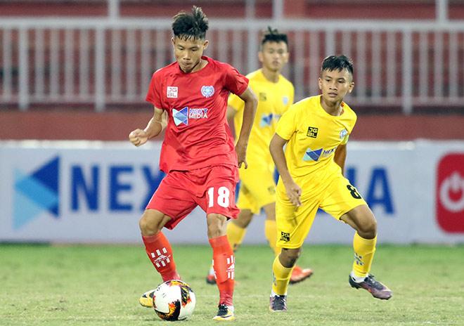 HLV Phạm Văn Quyến làm xiếc với trái bóng, chỉ đạo học trò ở giải U15 - Hình 1