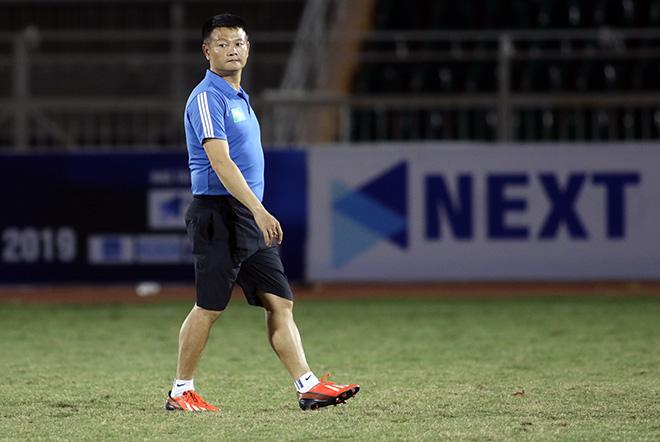 HLV Phạm Văn Quyến làm xiếc với trái bóng, chỉ đạo học trò ở giải U15 - Hình 4
