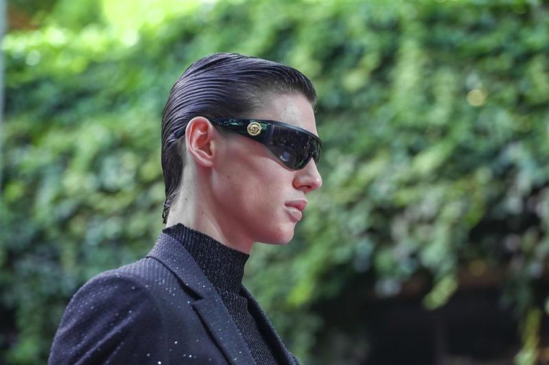 Irina Shayk tự tin sải bước trên sàn catwalk show thời trang xuân hè 2020 của Versace hậu chia tay với Bradley Cooper - Hình 23