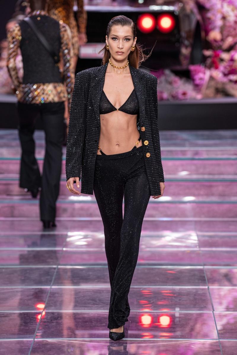 Irina Shayk tự tin sải bước trên sàn catwalk show thời trang xuân hè 2020 của Versace hậu chia tay với Bradley Cooper - Hình 4