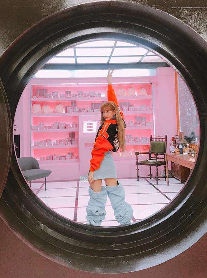 Nếu không phải Lisa (Blackpink) thì idol nào mới có thể cân được đống trang phục khó cảm nhường này? - Hình 13
