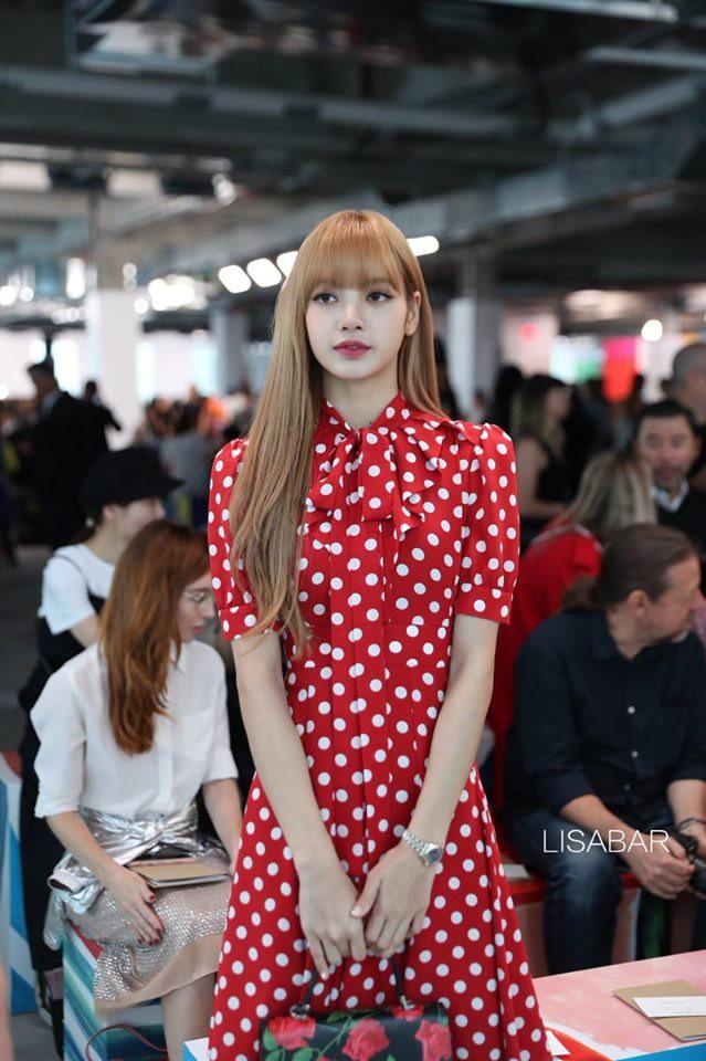 Nếu không phải Lisa (Blackpink) thì idol nào mới có thể cân được đống trang phục khó cảm nhường này? - Hình 9