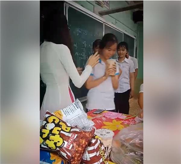 Ngày cuối cùng của lớp 12: Cô giáo chủ nhiệm chơi lớn khao cả lớp trà sữa và một cái ôm - Hình 4