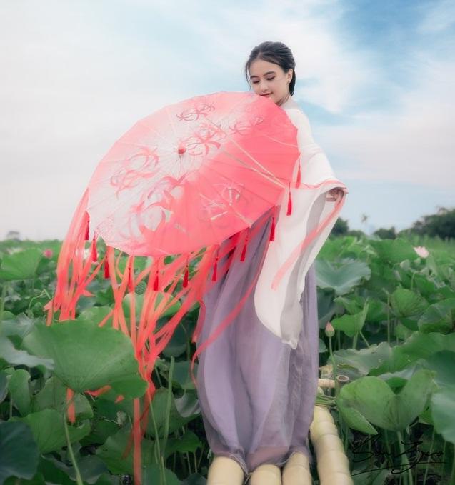 Nữ sinh chụp ảnh bên sen xinh đẹp như thần tiên tỷ tỷ gây sốt mạng - Hình 13