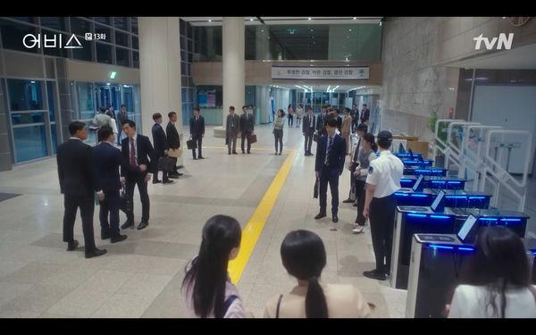 Phim Abyss tập 13-14: Ahn Hyo Seop lại hồi sinh ác nhân, đau khổ khi Park Bo Young bị nhốt trong phòng băng đến chết - Hình 18