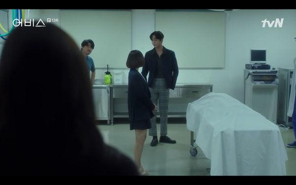Phim Abyss tập 13-14: Ahn Hyo Seop lại hồi sinh ác nhân, đau khổ khi Park Bo Young bị nhốt trong phòng băng đến chết - Hình 2