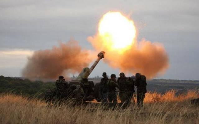 Quân đội Ukraine bắn phá làng Donetsk dữ dội bằng đạn pháo gây cháy - Hình 1