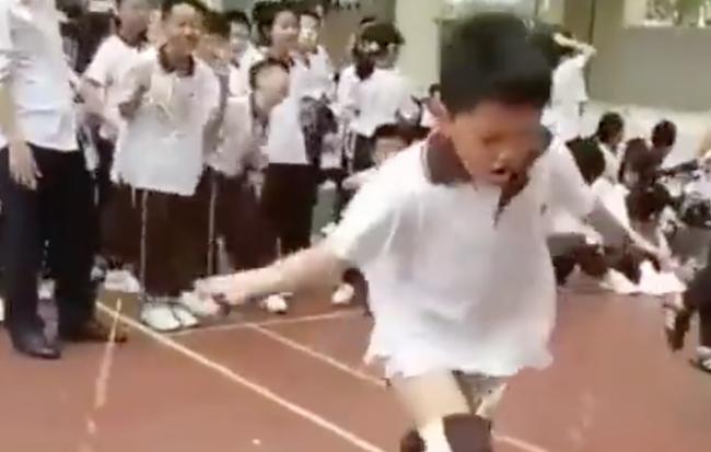Sợ rớt môn Thể dục, cậu học sinh cố nhảy dây đến mức tụt cả quần vẫn không ngừng lại khiến dân mạng cười bò - Hình 1