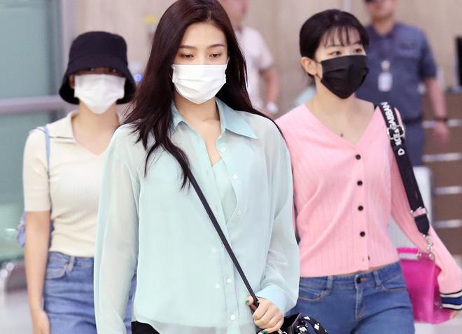 Taeyeon gây choáng với nhan sắc đỉnh đến mức lấn át cả nữ thần Suzy, Irene đẹp bất chấp bên Red Velvet tại sân bay - Hình 12