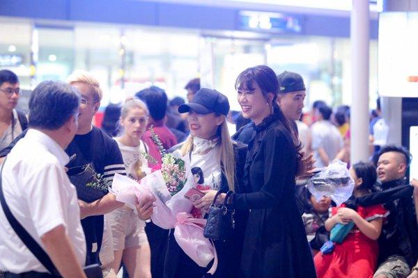 Tấm hình chụp chung của Hari Won và 'báu vật Hàn Quốc' tại sân bay bất ngờ được netizen Việt - Hàn chú ý, truyền tay rầm rộ - Hình 1