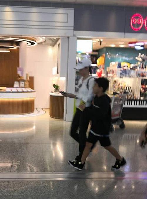 Trương Bá Chi sang Singapore với người tình đại gia tin đồn - Hình 2