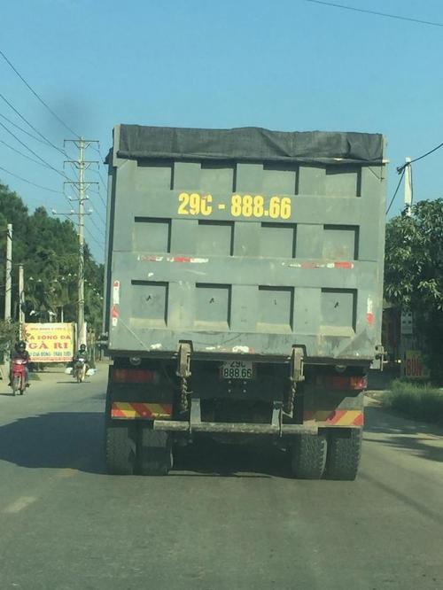 Xe chở rác, ô tô giá bèo cõng biển số khủng trên đường phố Việt - Hình 3