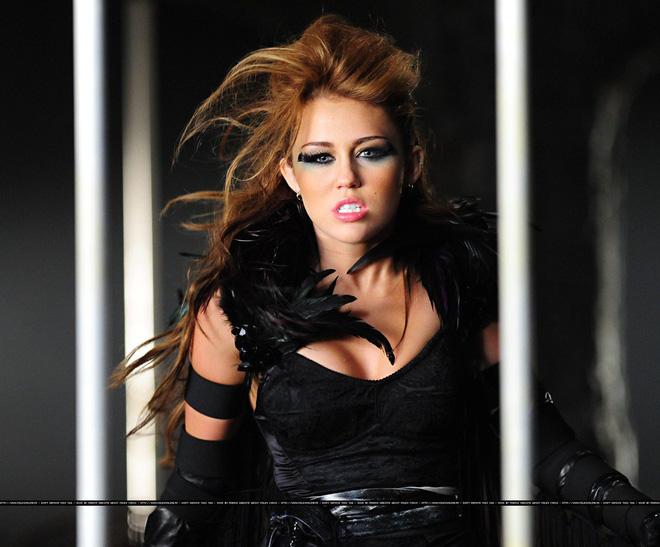 Miley Cyrus: Nàng công chúa Disney chinh phục cả thế giới và chàng hoàng tử đời mình bằng cái điên bản năng - Hình 4