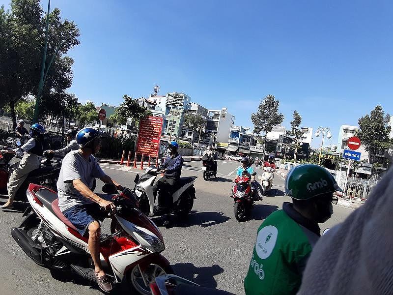 Bất chấp biển cấm, xe máy đi thẳng vào đường ngược chiều - Hình 2