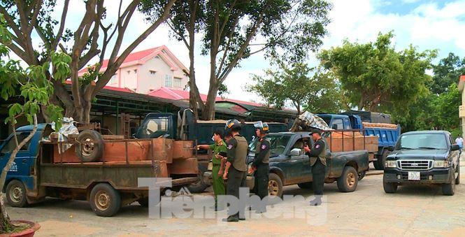 Cảnh sát dùng quả nổ trấn áp nhóm lâm tặc ở Đắk Lắk - Hình 2