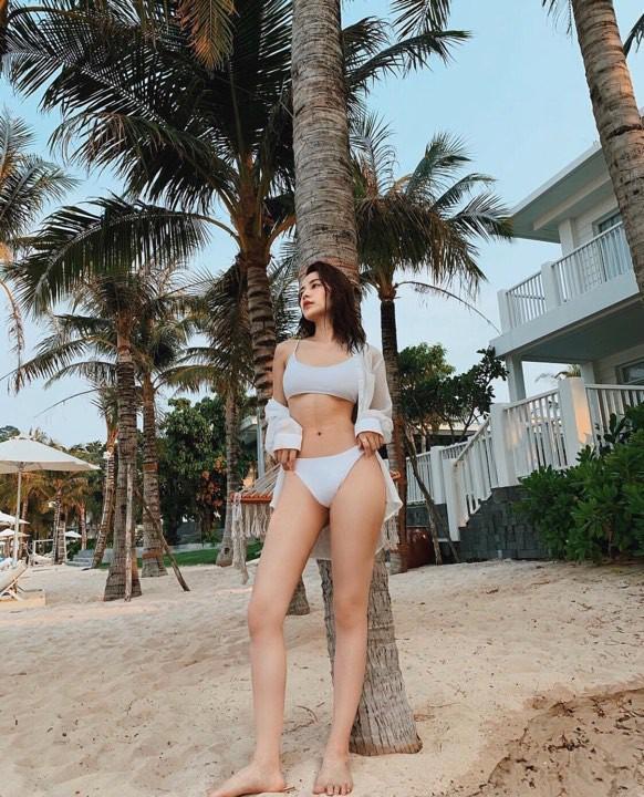 Chi Pu - Quỳnh Anh Shyn chị chị em em rủ nhau diện bikini đi biển khoe dáng cực bốc lửa - Hình 2