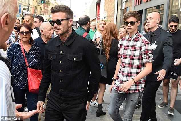 Con trai cả Brooklyn gây thất vọng vì yêu mù quáng, David Beckham chuyển sang o bế cậu hai Romeo Beckham? - Hình 1