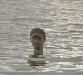 Ngâm mình dưới hồ quay MV, Đen Vâu được CĐM so sánh với... quái vật hồ Loch Ness - Hình 2