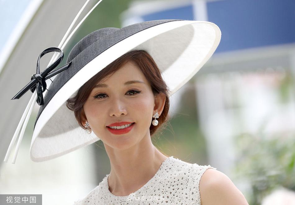 Sau đám cưới bí mật, cô dâu mới Lâm Chí Linh xuất hiện cực kỳ sang chảnh trong lễ hội hoàng gia Anh - Hình 5