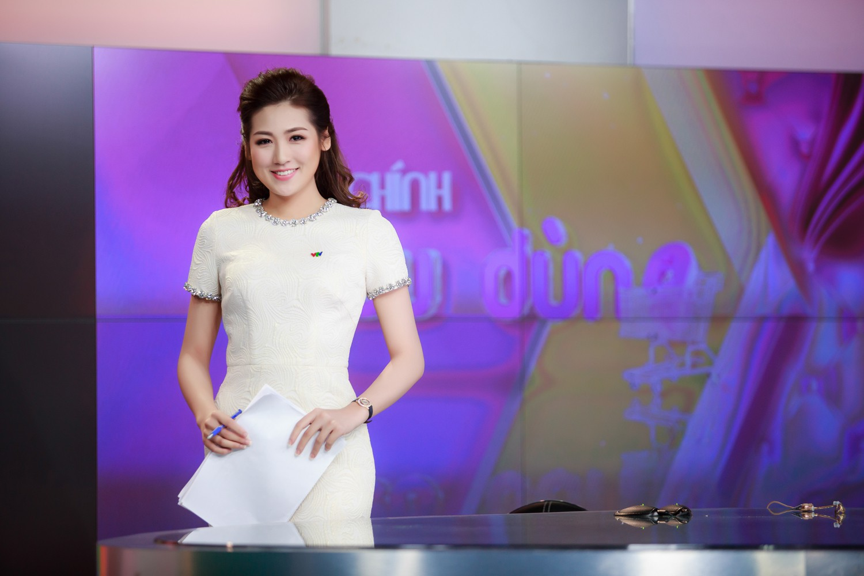 Style của các Hoa hậu, Á hậu khi làm BTV truyền hình: Người bánh bèo hơn thường, người đầy màu sắc nhưng đều 100% thanh lịch - Hình 1