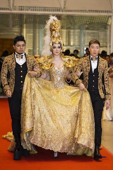 Hoa hậu Đền Hùng Giáng My gây tranh cãi khi làm lố đi dự showcase I Am Diva của Thu Minh - Hình 1