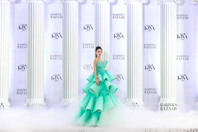 Hoa hậu Việt hẹn hò Sao ngoại hạng Anh 450 tỷ khoe vòng 1 nửa kín nửa hở - Hình 9