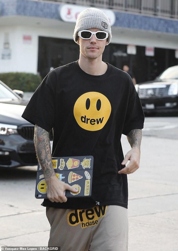 Justin Bieber nổi bật trên phố với trang phục thương hiệu Drew của mình trước thềm đám cưới - Hình 1